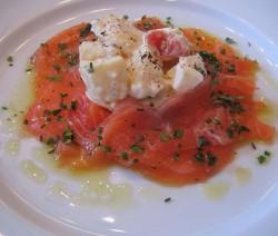 carpaccio di salmone con pomodorini, finocchi e pinoli