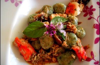 Gnocchi all'ortica con salsa saporita di orto e di mare