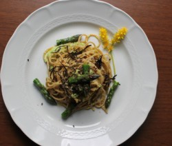 Spaghetti integrali con bottarga e asparagi