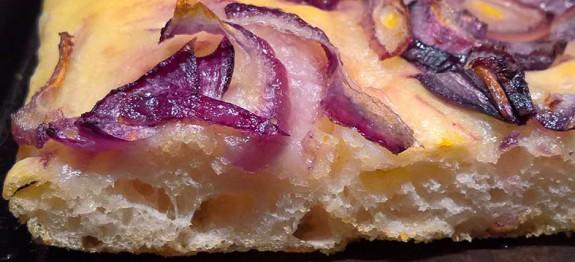 Focaccia morbida con cipolla rossa e timo