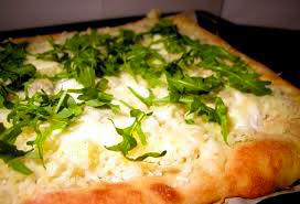 Pizza con rucola e formaggio fresco